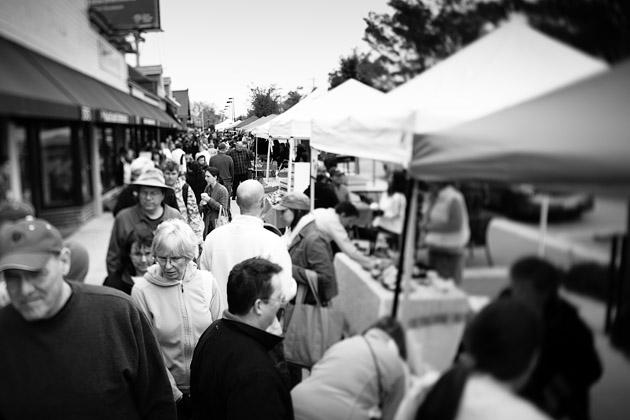 Clintonville-Farmers-Market-Columbus-2011-Busy-Sidewalk